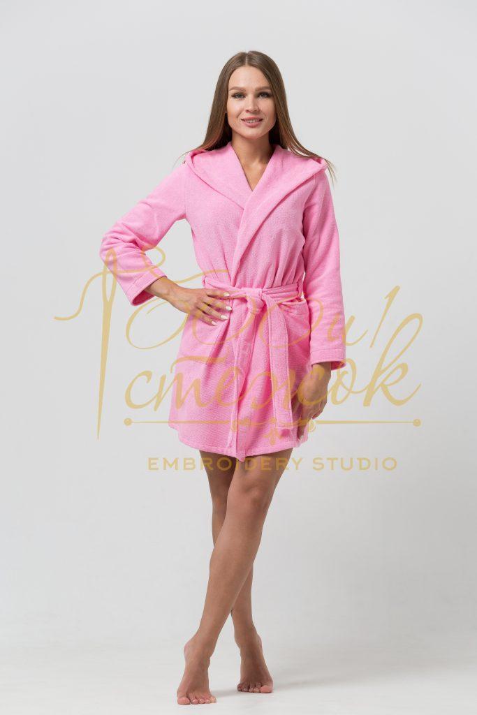 Женский укороченный халат с капюшоном категории «Премиум Россия» с именной вышивкой (Розовый)