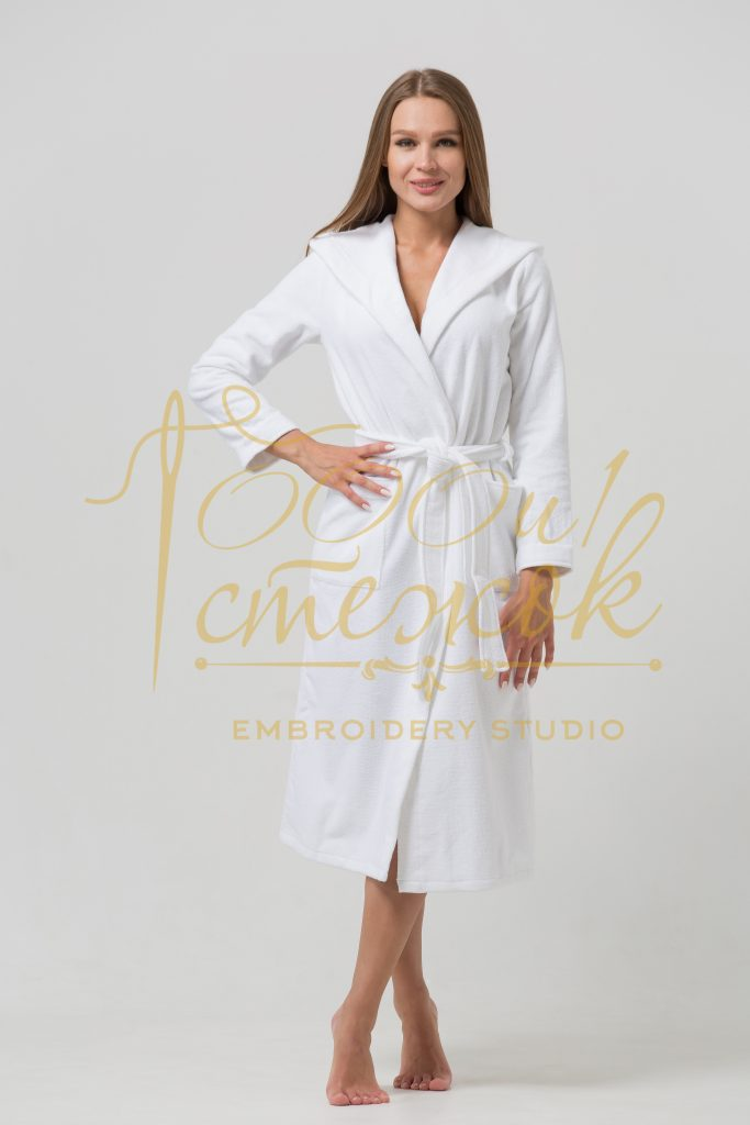 Женский халат с капюшоном категории «Премиум Россия» с именной вышивкой (Белый)